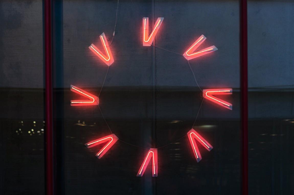 Vega商业艺术空间综合体品牌形象设计,霓虹灯logo设计
