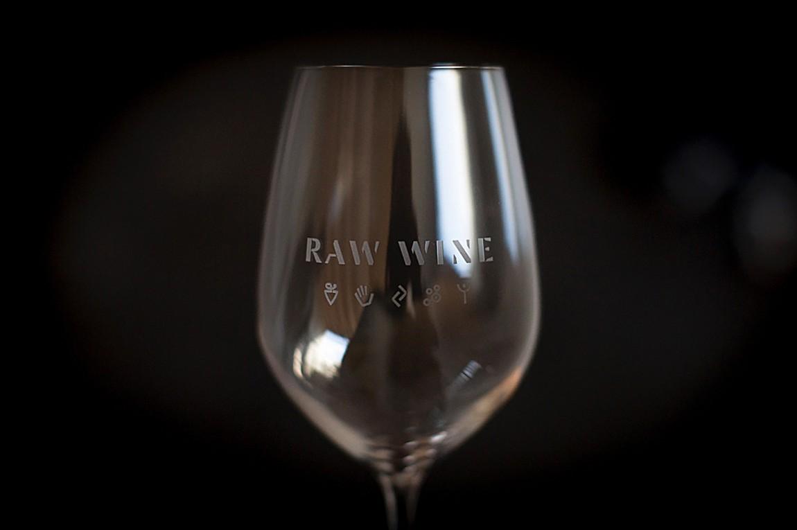 Raw Wine葡萄酒交易会品牌形象塑造,精心制作并充满个性,红酒杯设计