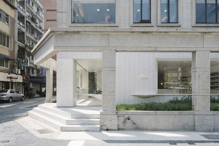 白色的瓷砖掩映着伊索商店空间设计,映衬着台北的城市风景