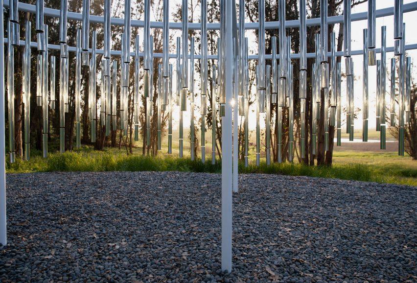 由365个风铃相关的《音速山》展览展厅设计