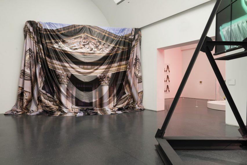 芝加哥当代艺术博物馆作品大型回顾展览展厅设计