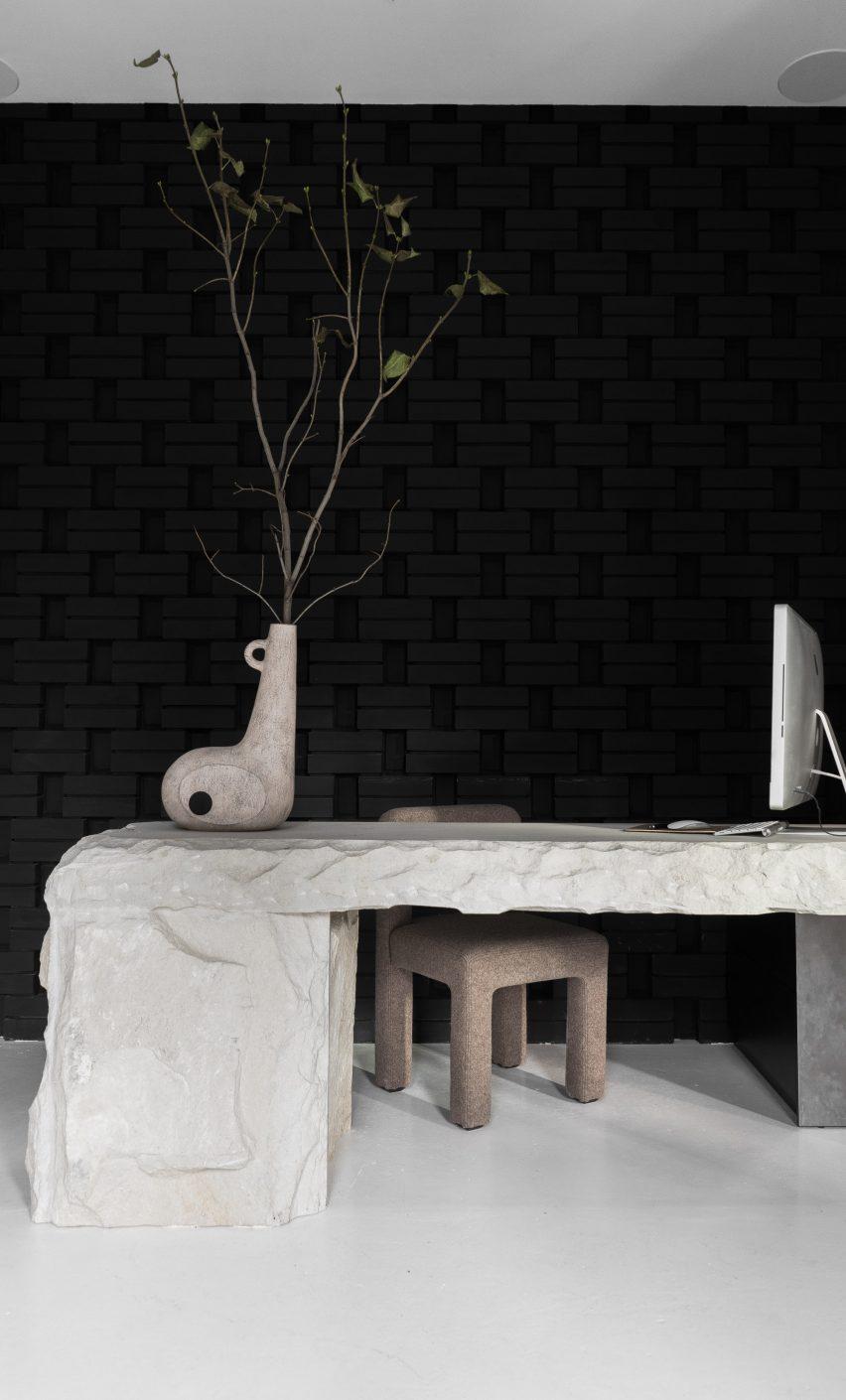 Yakusha设计公司深色调创意办公室空间设计