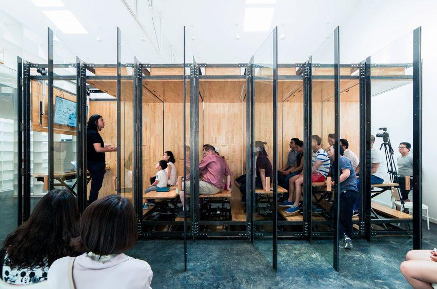 可伸缩的桌子把小小办公室设计成创意展示空间