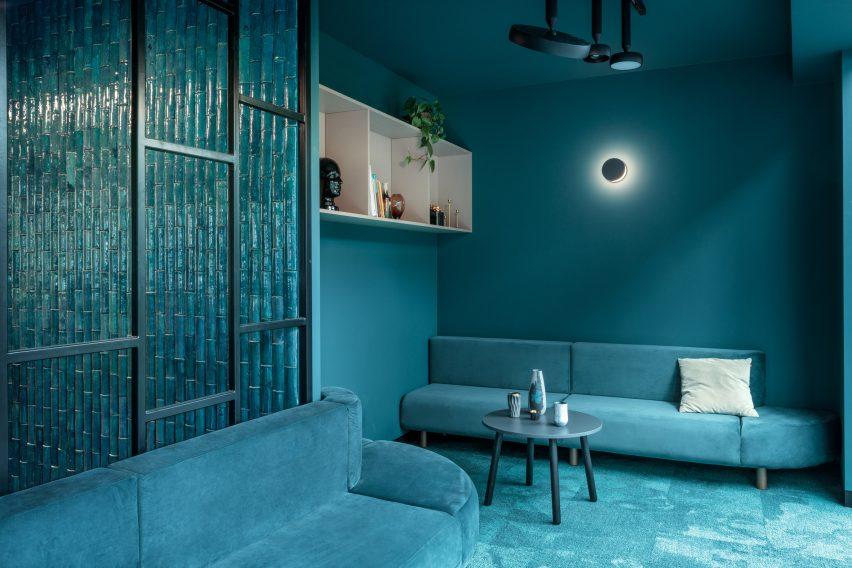 波兰蓝绿色的共享工作空间设计,工业风办公室设计