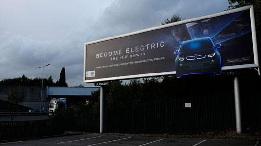 纯电动汽车启发性广告设计,黑暗中的广告牌照亮了宝马